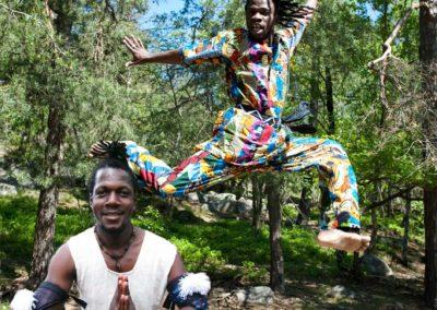 Västafrikansk dans till livetrummor