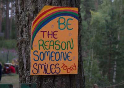 "Bild på en Urkult-skylt med texten: ""Be the reason someone smiles today"""